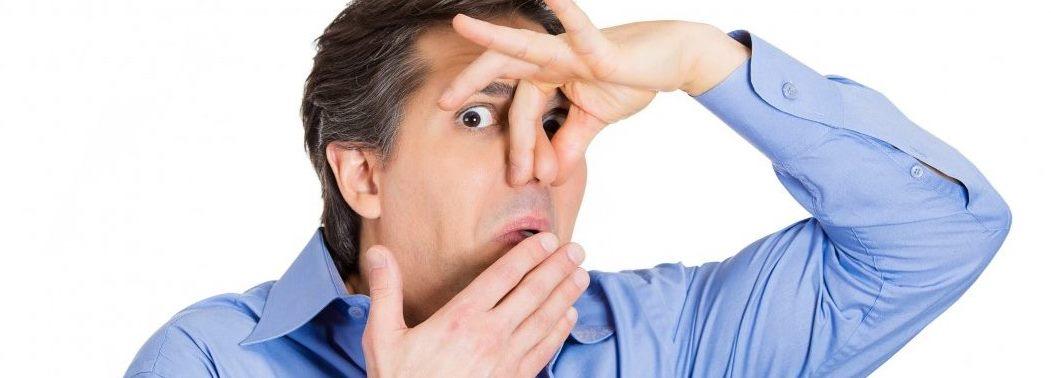 بوی بد دهان میتواند در نتیجه جراحی های دهان و دندان و یا شرایطی از جمله، پوسیدگی دندان، بیماری لثه و یا وجود زخم در دهان باشد.