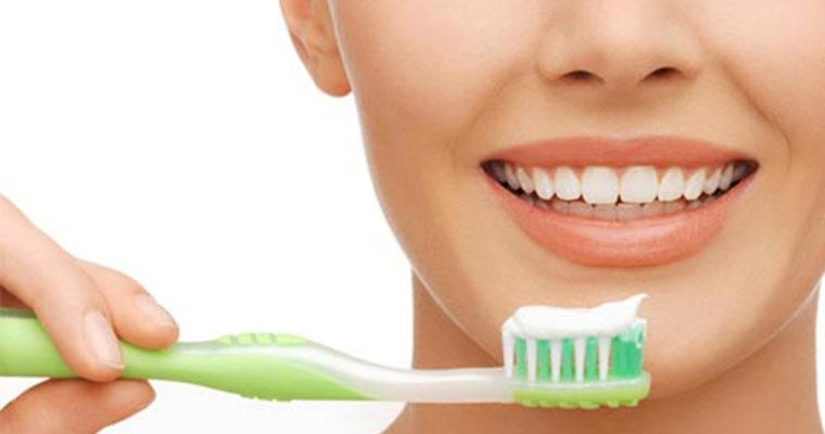 مسواک زدن صحیح شامل برادشتن کامل رسوبات مواد غذایی از روی دندانها و زبان می باشد به نحوی که از ایجاد و گسترش میکرو ارگانیسم ها جلوگیری کند.
