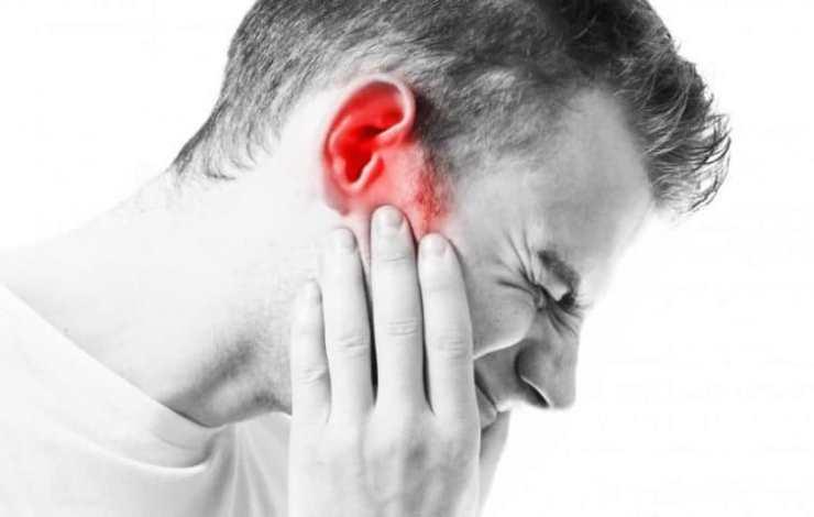در بزرگسالان، ممکن است تشخیص عفونتهای گوش و دندان درد از هم دیگر آسان نباشد زیرا یک خط عصبی مشابه دارند.برخی از عفونتهای گوش با سلامت دهان و دندان مرتبط هستند